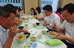 さがびよりなど佐賀の食材を使った特別メニューを味わう損保ジャパン日本興亜の社員ら=東京・西新宿