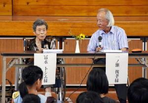 一ノ瀬さん(右)の質問に答え、自らの長崎での被爆体験を話す冨永さん=嬉野市の大草野小体育館