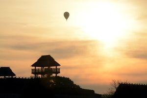 早朝の空に浮かぶバルーン=吉野ヶ里町の吉野ヶ里歴史公園