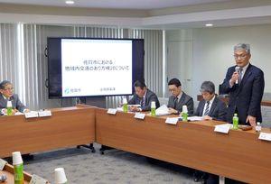 路線見直しの背景を説明する昭和自動車の黒田正直部長(右)=佐賀市役所