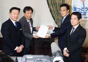 立民会派への入会届を提出した無所属の会の大串博志幹事長(右)ら=国会内の立民控室