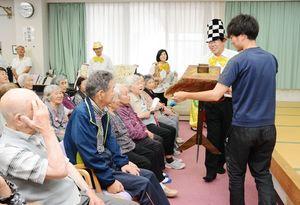テーブルが浮き上がる手品に歓声を上げる施設利用者ら=吉野ヶ里町の三田川健康福祉センター「ふれあい館」
