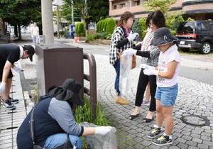 清掃活動に取り組む参加者たち=佐賀市駅前中央