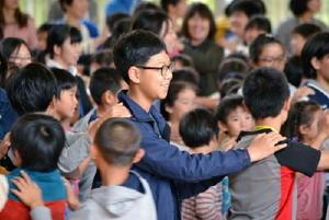 「じゃんけん列車」をして遊ぶ〓(山ヘンに見)(トヒョン)初等学校と新栄小の児童ら=昨年10月、佐賀市の新栄小学校