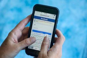 スマートフォンに表示されたフェイスブックのログイン画面=21日、米フロリダ州サーフサイド(AP=共同)