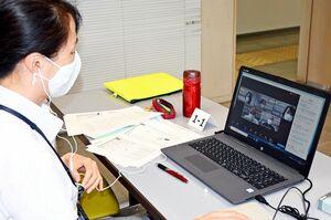 「Zoom」の機能を使ってグループワークを行う参加者たち=佐賀市のアバンセ