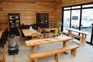 手作りの木製テーブルなどでそろえたカフェの店内