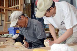 伝統工芸士の指導で陶芸を体験するお試し住宅の利用者=有田町の県陶磁器工業協同組合