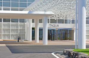 運営会社の要望で白基調の外装にした「タクア」の本館玄関口=佐賀県多久市北多久町