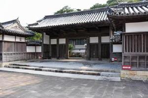 対馬藩の尊王攘夷派の拠点になった藩校「日新館」の門。1970年代にいったん解体され、現在は日新館武道場前に移築されている=長崎県対馬市厳原町