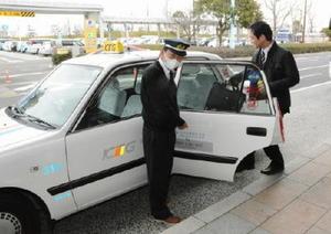 県東部と佐賀空港を結ぶ乗り合い制のリムジンタクシー。1日から鳥栖市、基山町、上峰町・みやき町の便が拡充された=佐賀市の佐賀空港