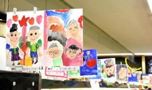 食品コーナーに並ぶ、おじいちゃんおばあちゃんをテーマに描いた園児の絵=佐賀市のアルタ開成店
