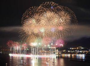 6千発の花火が夏の夜空を彩った九州花火大会=唐津市の大島市民の森から長時間露光撮影