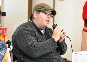 難病患者の交流会で歌を披露する音楽クリエイターの堀江半蔵さん=佐賀市の「難病サポートあゆむ」