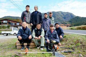 地域にある水田のあぜの草刈りに励んでいる牧草刈り部隊のメンバー=有田町山谷牧地区