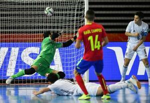 フットサルW杯リトアニア大会、1次リーグE組の後半、スペインのラウル・カンポスに勝ち越しゴールを許す日本=17日、クライペダ(ゲッティ=共同)