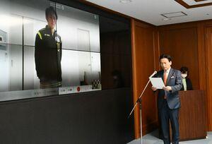 SSPハガクレアスリートに認定された嘉村健士選手(左)と、認定証を読み上げる山口祥義知事=佐賀県庁