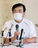 記者会見する慈恵病院の蓮田健副院長=29日午後、熊本市