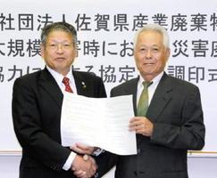 災害廃棄物の処理に関する協定を結んだ松本茂幸市長(左)と県産業廃棄物協会の篠原隆博会長=神埼市役所