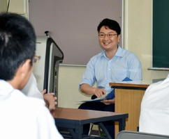 講演に続き、生徒約50人と意見交換した内山卓郎さん。「率直な質問が多く、自分も考える機会になった」と話した=唐津西高