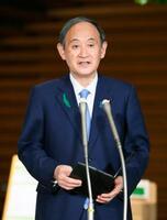記者の質問に答える菅首相=20日夜、首相官邸