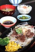 はしっこ鉄皿(115g) 950円+税 ミニサラダ、ご飯、みそ汁 or スープが付く