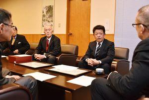 7連覇を飾った大会を振り返る小城市の野田正一郎監督(右から2人目)=小城市役所