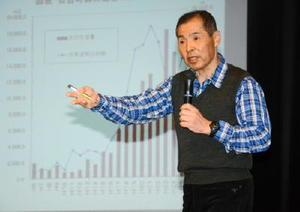 生産性向上の取り組みを紹介する日吉町森林組合の湯浅勲副組合長=佐賀市富士町のフォレスタ富士
