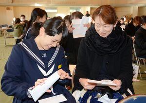 それぞれの思いを込めた手紙を保護者と交換する生徒=有田町の有田中