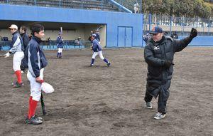 中学生に打撃指導をする西部ガス監督の香田誉士史さん(右)=伊万里市の国見台野球場
