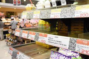 大雨の影響で物流に混乱が起き、陳列棚に穴ができた=佐賀市のアルタ開成店