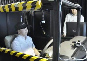 デンソーの先端技術研究所で公開された、運転手の脳の血流を計測できる帽子型の装置=1日午後、愛知県日進市