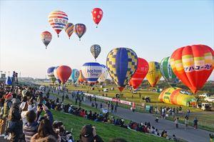 バルーンフェスタが開幕し、一斉に大空へ飛び立つバルーン=佐賀市の嘉瀬川河川敷