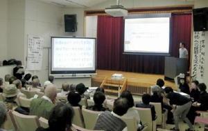 会場には、難聴の子どもの家族ら約100人が訪れた=佐賀市のほほえみ館