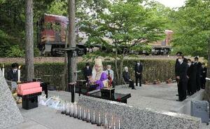 信楽高原鉄道事故の現場近くの慰霊碑前で行われた追悼法要=14日午前、滋賀県甲賀市(代表撮影)