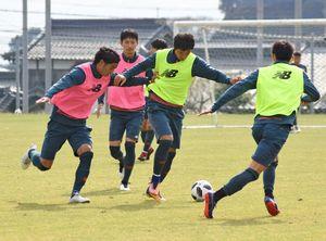 横浜M戦に向けた練習で激しく競り合うDF高橋祐治選手(左)とFW趙東建選手=20日、鳥栖市北部グラウンド