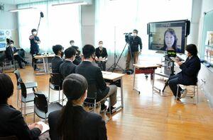 SDGsの目標達成に向け、各分野の専門家とオンラインで意見を交わした龍谷中の生徒たち=佐賀市の同校
