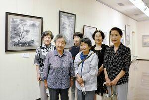 教室を開く高橋小浪さん(前列左端)と作品を制作した生徒ら=佐賀市の佐賀県立美術館