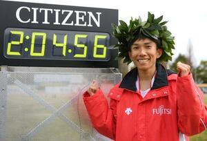 びわ湖毎日マラソンで、日本選手として初の2時間4分台となる2時間4分56秒の日本新記録を樹立し、笑顔でポーズをとる鈴木健吾=28日、大津市皇子山陸上競技場(代表撮影)