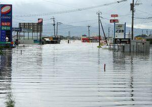 大雨で広範囲に冠水した鳥栖市内=21日午後0時11分、鳥栖市真木町