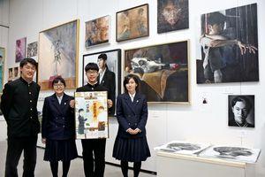 卒業制作展の来場を呼び掛ける佐賀北高美術部の生徒たち=佐賀市城内の県立美術館