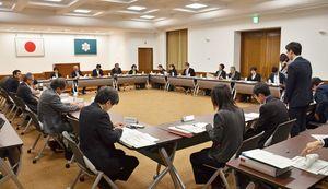 「第7期さがゴールドプラン21」について意見が交わされた県高齢者保健福祉推進委員会=佐賀県庁