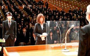 1年越しとなった佐賀大の新2年生の入学式で宣誓する経済学部の竹ノ内結生さん(中央)=佐賀市文化会館