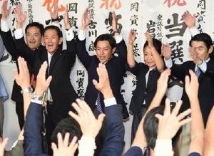 当選が確実となり、万歳三唱する福岡資麿さん(中央)=10日午後8時21分、佐賀市多布施の事務所