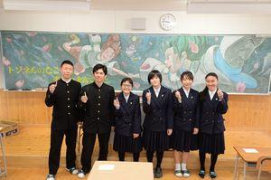 新入生を歓迎するため、1年生の教室の黒板にアニメ映画のキャラクターを描いた美術部員=佐賀市の佐賀北高