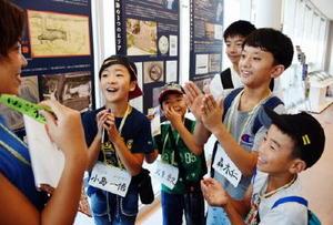 クイズに正解し、笑顔を見せる子どもたち=佐賀市川副町の佐野常民記念館