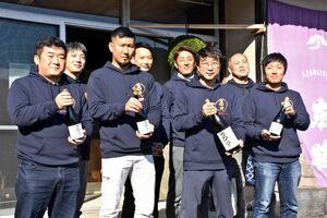 純米大吟醸酒「多久」を手掛けた多久未来プロジェクトのメンバー=多久市の東鶴酒造