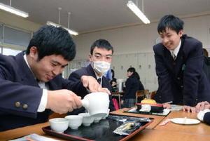 濃さや量が同じになるよう「回しつぎ」をして茶を入れる嬉野高3年の生徒たち=嬉野市の嬉野高校