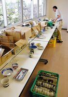 武雄市商工会の窯元が、被災した飲食店の支援するために提供した食器。24日から無償で配布される=北方町の武雄市商工会事務所