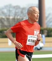 軽快な足取りでファンランを走りきった君原健二さん=佐賀市の県総合運動場陸上競技場
